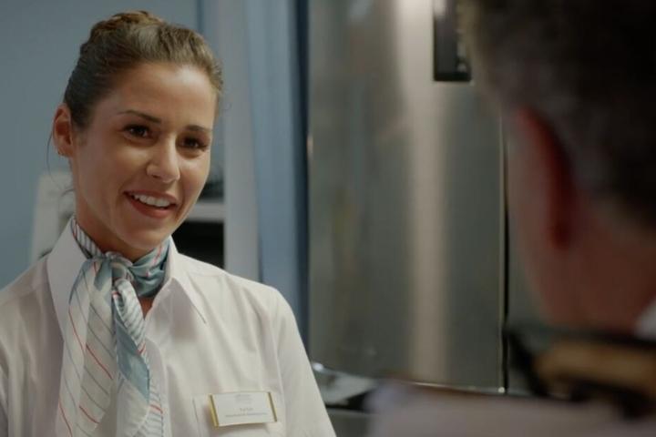 Sarah Lombardi verkörpert eine singende Zimmer-Stewardess.