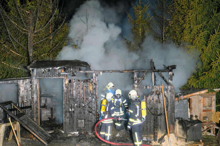 30 Einsatzkräfte der Feuerwehr waren mehrere Stunden im Einsatz um den Brand zu löschen.