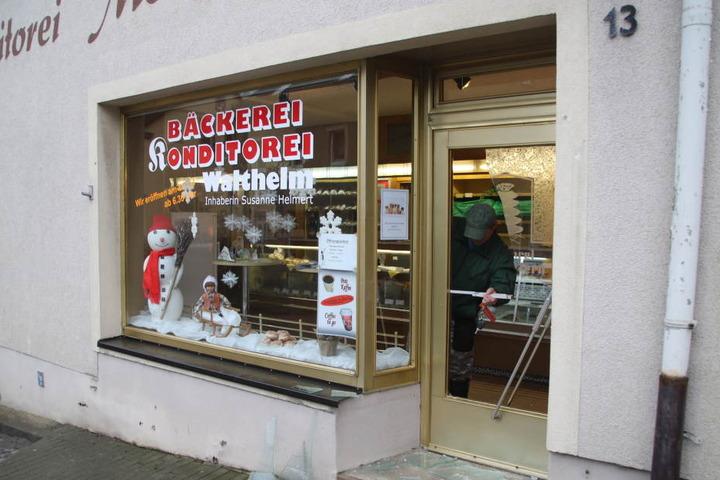 Der Einbrecher hat die Tür der Bäckerei eingeschlagen und ist so in den Laden gelangt.