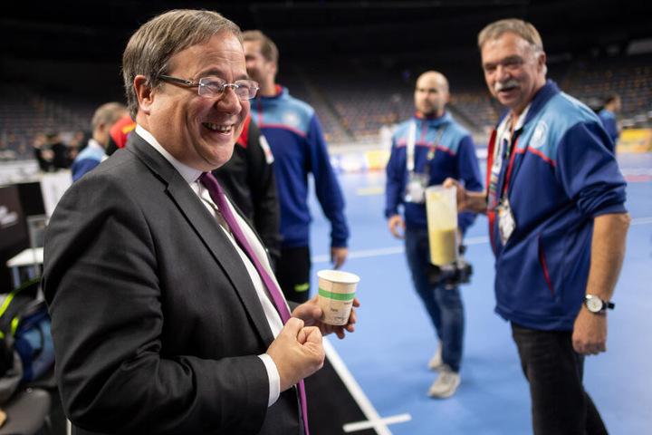 NRW-Ministerpräsident Armin Laschet (CDU) begrüßte das Handball-Team beim Training in Köln und bekam einen Smoothie.