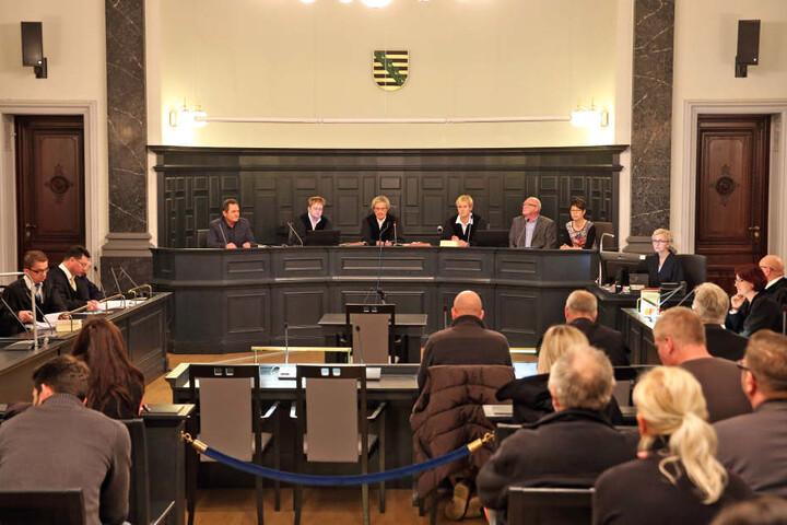 Richter Klaus Hartmann (M) eröffnet am 12.12.2016 den Prozess im Fall «Wunderlich» im Landgericht Zwickau (Archivfoto).