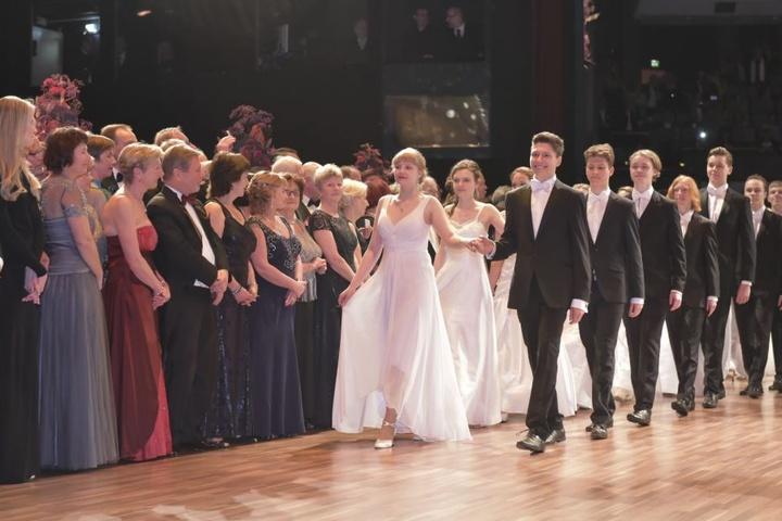 In weißen Kleidern und schicken Anzügen schwebten die Debütantinnen und Debütanten aufs Parkett.