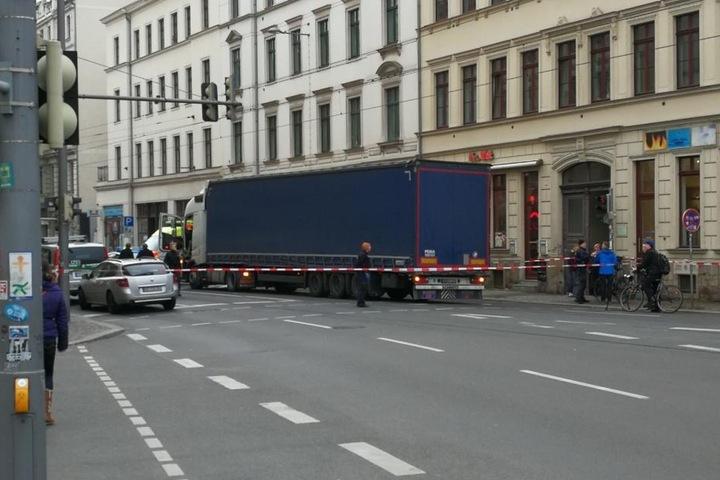 Die Jahnallee ist in beiden Richtungen für Fahrzeuge und Fußgänger an der Ecke Leibnizstraße voll gesperrt.