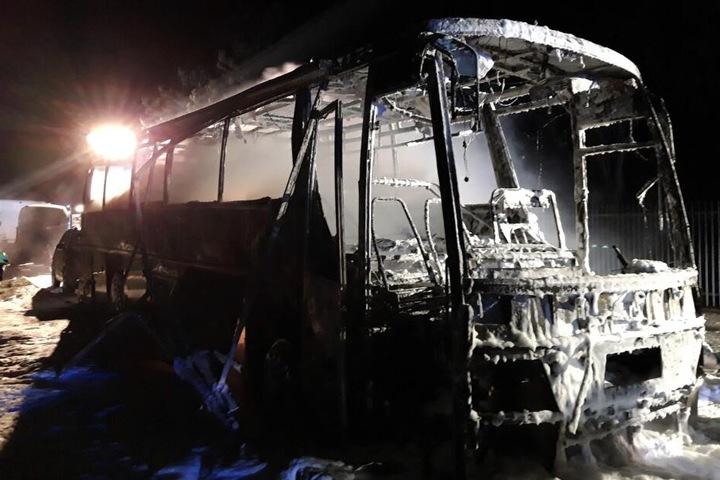 Völlig ausgebrannt: Der Bus war kaum noch als solcher auszumachen.