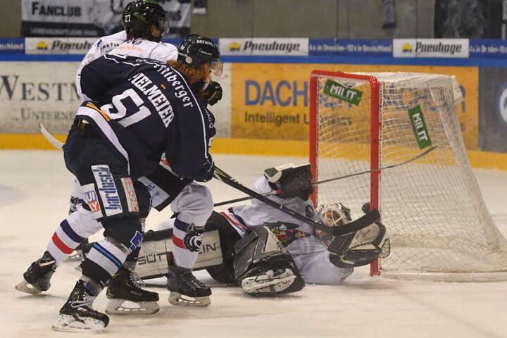 Eislöwen-Kapitän Thomas Pielmeier (r.) setzte hier schön nach und erzielte das 2:2.