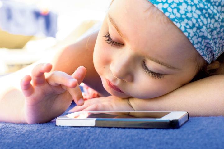 Smartphones üben schon auf Kleinkinder eine schier magische Anziehung aus. Doch je früher die Handy-Spielerei beginnt, desto größer ist das Risiko gesundheitlicher Schäden.
