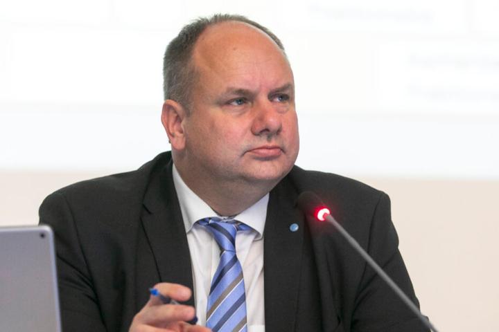 OB Dirk Hilbert hat Reinhard Koettnitz im vergangenen Jahr als Straßen- und Tiefbauamts-Chef abgesägt.