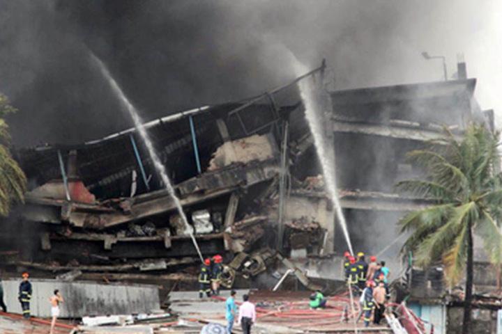Die Feuerwehr kämpfte stundenlang, um die meterhohen Flammen unter Kontrolle zu bringen.