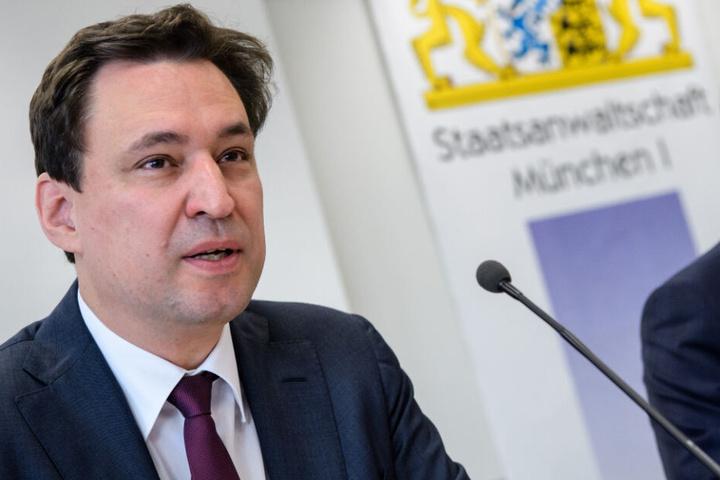 Georg Eisenreich (CSU, l), Justizminister von Bayern, spricht auf einer Pressekonferenz in München. (Archivbild)