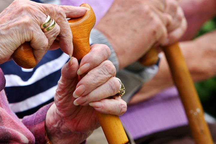 Doch auch im Alter geht's bei Vielen nochmal bergauf. Besonders glücklich sind die meisten mit 69.