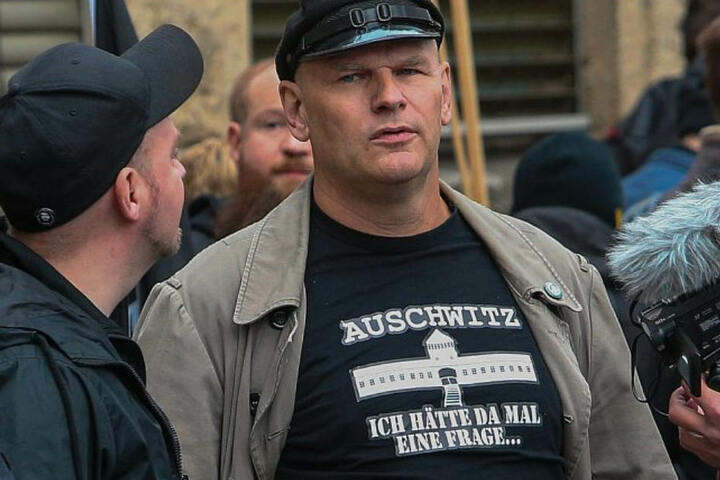 Der Rechtsradikale Thomas Wulff hatte ein etwas fragwürdiges T-Shirt an.