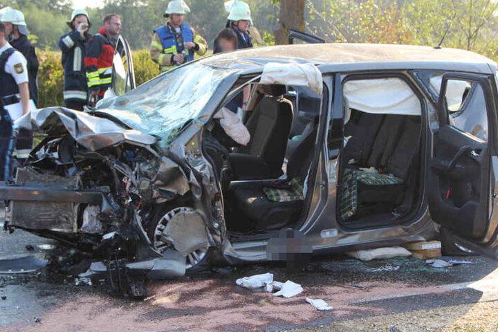 Ein Opel Meriva kam aus bislang ungeklärter Ursache auf die Gegenfahrbahn.