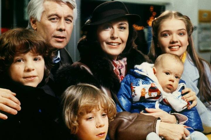 """Die Darsteller Peter Weck und Thekla Carola Wied mit """"ihren Kindern"""" im Dezember 1984 bei Dreharbeiten der ZDF-Erfolgsserie """"Ich heirate eine Familie""""."""