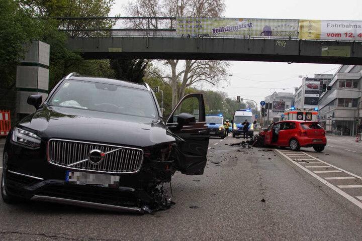 Die beiden Autos sind auf der B14 zusammengestoßen.