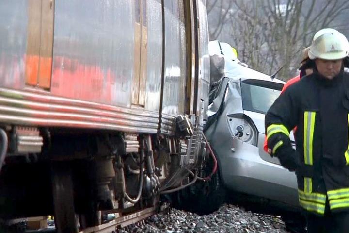 Der Zug schleifte das Auto rund 140 Meter entlang der Gleise, bevor er zum Stehen kam.