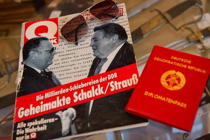 """Die Sonnenbrille von Schalck-Golodkowski liegt auf einer Ausgabe der Zeitschrift """"Quick"""" auf deren Titelbild Schalck-Golodkowski mit der Sonnenbrille und der ehemalige bayrische Ministerpräsident Strauß abgebildet sind."""