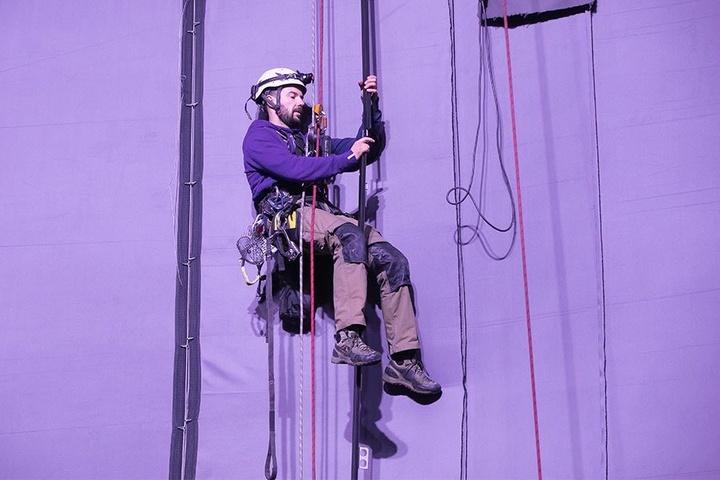 Kletterer Andreas Helbing (36) arbeitet an der Verschlussschiene des Panorama-Bildes.