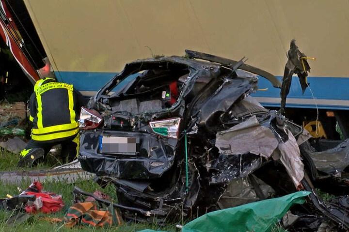 Das Auto der Frau wurde bei dem Unfall in zwei Teile gerissen.