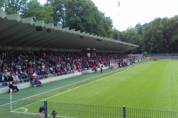 Das Spiel fand vor 3700 Zuschauern im Franz-Kremer-Stadion statt.