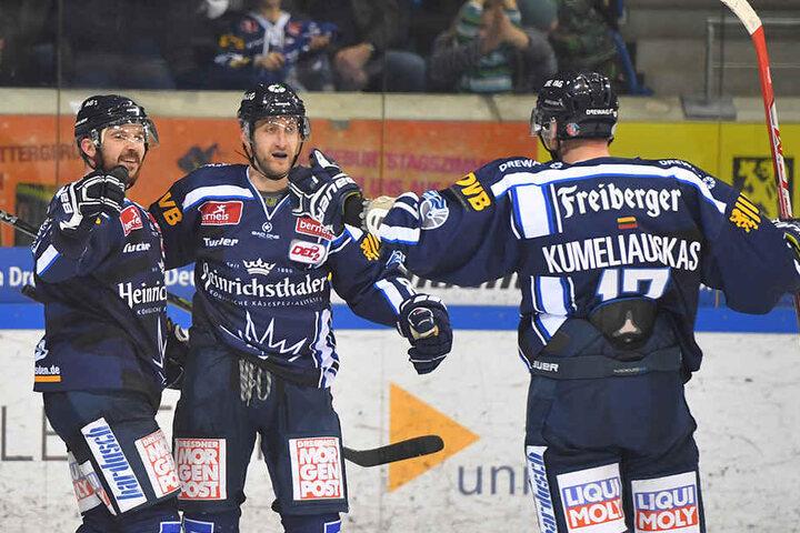 Steven Rupprich (links) war mit drei Treffern der gefeierte Mann. Harrison Reed (Mitte) und Tadas Kumeliauskas beglückwünschen ihn.