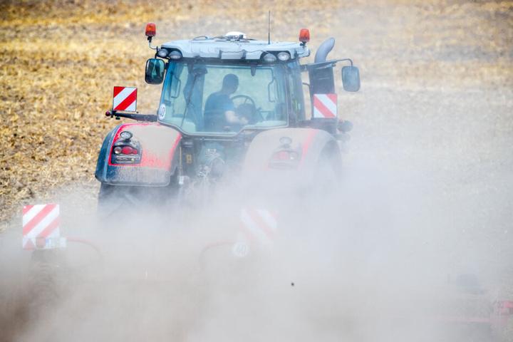 Beim Rangieren mit einem Traktor übersah der Fahrer das dreijährige Kind. (Symbolbild)
