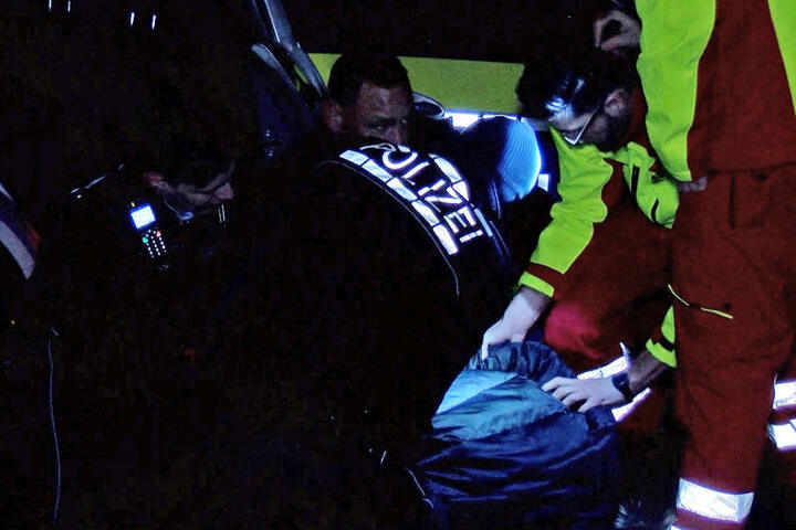 Der Moment, in dem die Polizisten den Mann (Mitte, auf dem Boden) niederringen. Einem Beamten spuckte er ins Gesicht.