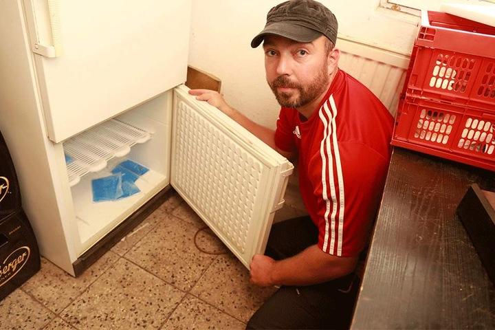 Vereins-Chef André Rothe (33) ärgert sich über die zerstörte Tür.