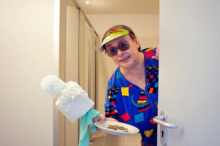 Für 120.000 Euro baute der Bühnenverein eine neue WC-Anlage, hier mit Klofrau  Klothilde Ramona Hübner (57) , ein.