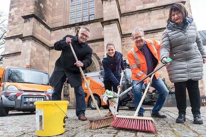 Auf zum großen Putzen: Bürgermeister Miko Runkel (56, parteilos), Susan Endler (35) von der CWE, ASR-Chef Dirk Behrendt (55) und Kita-Leiterin Christa Rößler (63, v.l.) rufen zum Frühjahrsputz auf