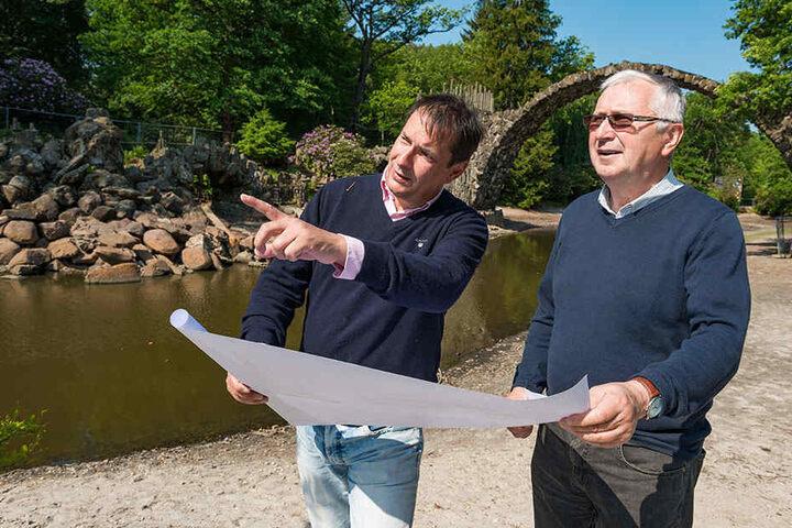 Thomas Bauer (50) und Ekkehard Weber (Ingenieurbüro Weber) besprechen den Bauplan.