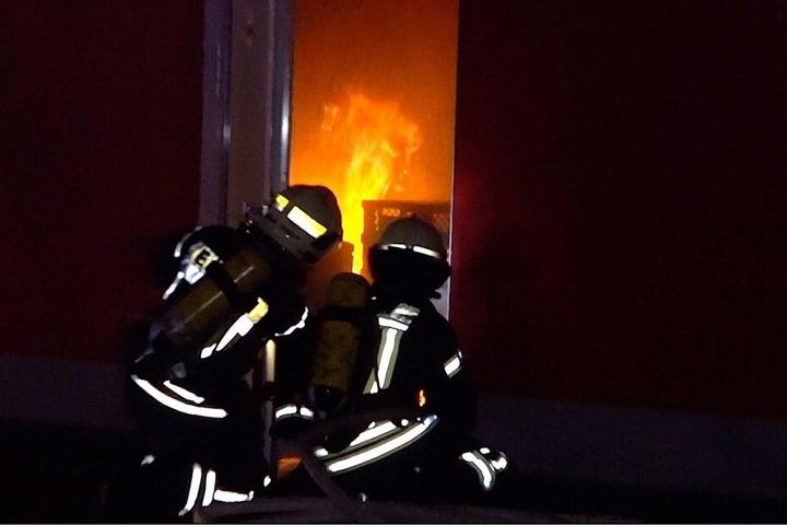 Beim Öffnen der Tür soll das Feuer zusätzlichen Sauerstoff erhalten haben, wodurch sich eine Stichflamme bildete.