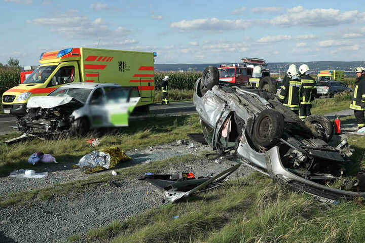 Die S191 glich einem Trümmerfeld. An allen Unfallfahrzeugen entstand Totalschaden.