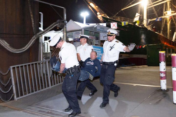 Die Polizeibeamten mussten den Mann unter Gegenwehr zum Auto tragen.