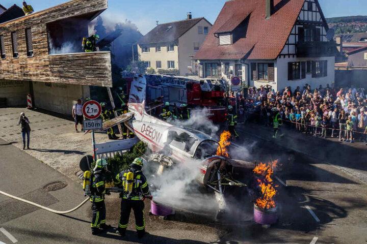 Die Feuerwehr löscht das brennende Flugzeug-Wrack bei der Übung in Winterbach.