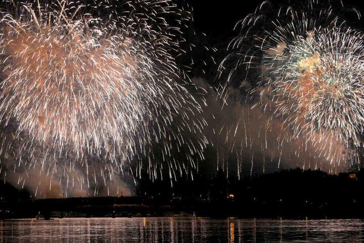 Über dem See erstrahlt das bunte Feuerwerk.