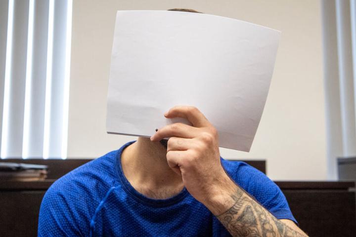 Ali Bashar verdeckt sein Gesicht während der Verhandlung am Landgericht in Wiesbaden.