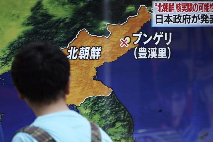 Ein Mann schaut sich in Tokio auf einem Monitor einen TV-Bericht über den möglichen neuen Atomversuch Nordkoreas an.