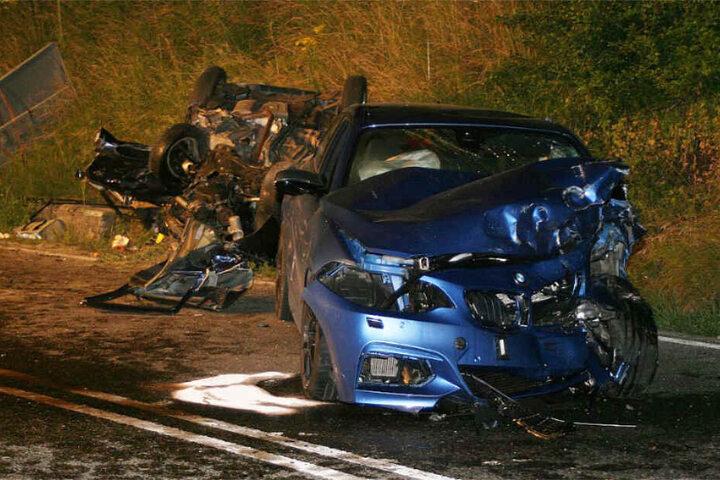 Die Unfallstelle in der Nacht. Vorne: Der zerstörte BMW des Unfallverursachers.
