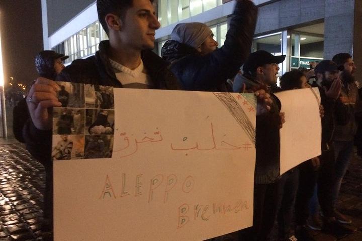 Mit Schilder gehen die jungen Syrer auf die Straße. In Chemnitz waren etwa 40 Menschen unterwegs.