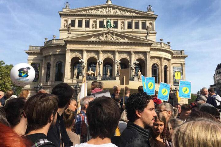 Die Demonstranten versammelten sich vor der Alten Oper Frankfurt.