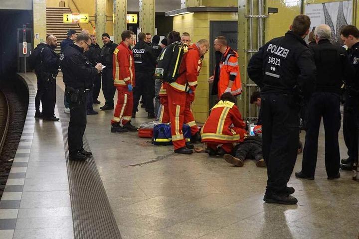Mehrere Männer mussten mit Verletzungen behandelt werden, vier wurden vorläufig festgenommen.