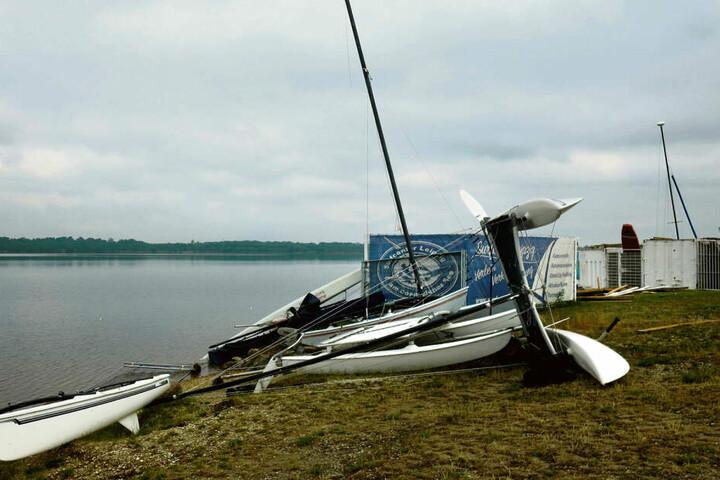Der Katamaran liegt auf der Seite, an der Surfstation ist das Dach weg - am Cospudener See hinterließ eine Gewitterböe heftige Schäden.