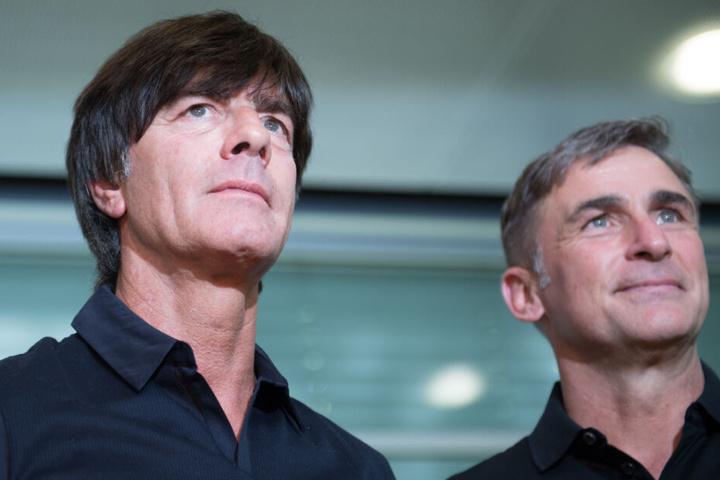 Deutscher Nationaltrainer Jogi Löw (l.) mit Kollege und U21-Coach Stefan Kuntz.
