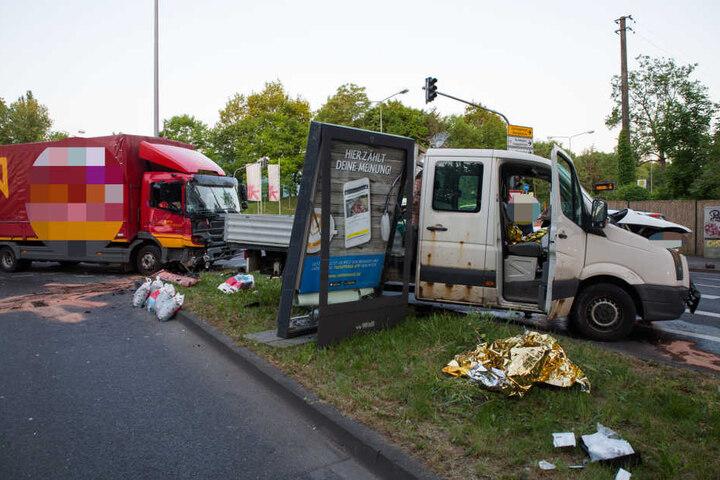 Bislang ist die Ursache für die Kollision der beiden Fahrzeuge noch unklar. Alle drei Insassen kamen ins Krankenhaus.