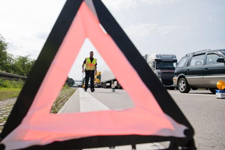 Nach dem Unfall war die Autobahn in beide Richtungen gesperrt. (Symbolbild)
