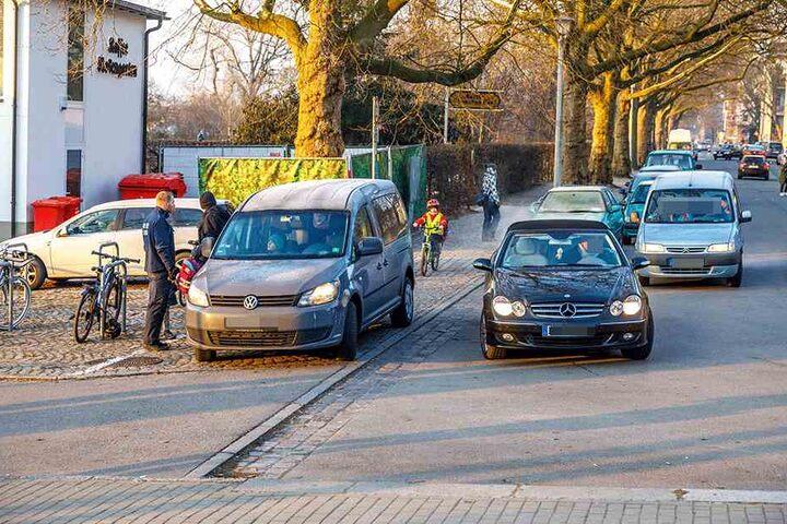 Unübersichtlich und gefährlich: Parken auf dem Fußweg ist verboten. Mitarbeiter des Ordnungsamtes klärten gestern die Verkehrssünder vor der 4. Grundschule an der Löwenstraße/Ecke Carusufer auf.