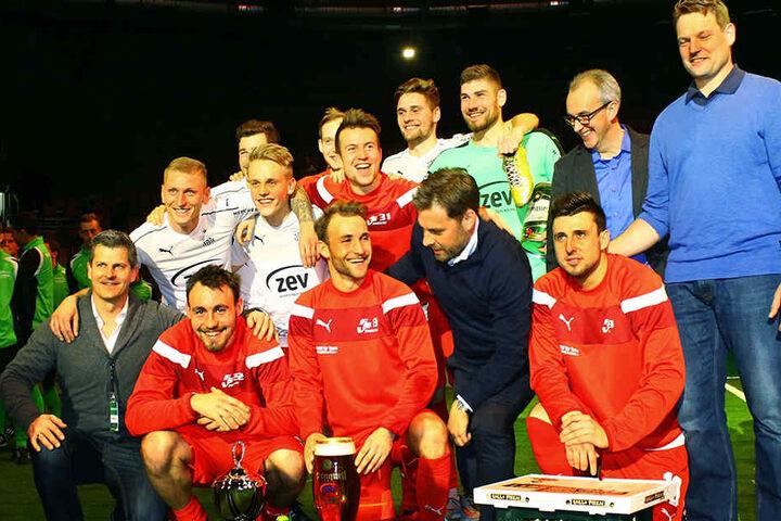 Das Siegerfoto: Der FSV Zwickau holte sich den ZEV-Pokal.