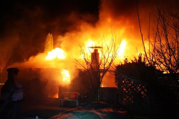 Das Feuer breitete sich rasant aus und griff auf eine weitere Gartenhütte über.