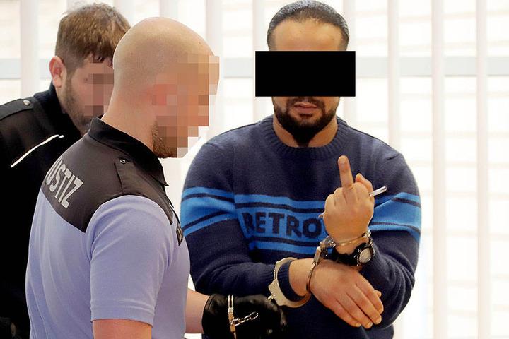 Fahri A. (25) grüßte am Donnerstag putzmunter mit dem Mittelfinger. Wenig später klagte er über Unwohlsein.
