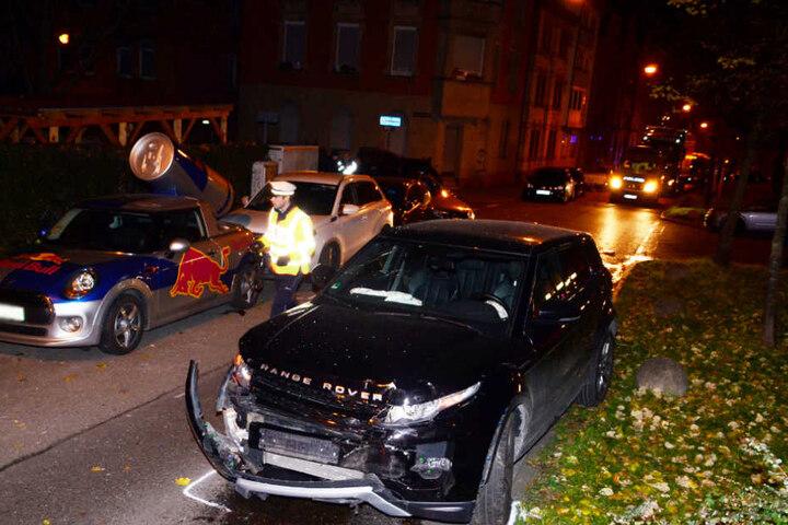 Als der Polo nach dem Aufprall weggeschleudert wurde, krachte er in zwei Autos, darunter ein Redbull-Auto.